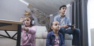 enfants-et-adolescents-jouant-a-des-jeux-video-dans-le-salon