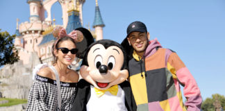 Neymar-donne-le-coup-d'envoi-de-la-«-Mickey-90-Mouse-Party-»-à-Disneyland-Paris